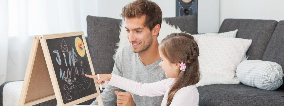 Vater und Tochter trainieren logisches Denken