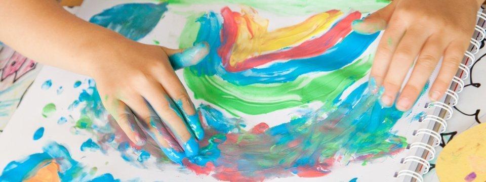 Regenbogenbild-Malen ist Feinmotorik