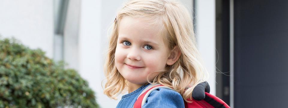 Mädchen im vierten Lebensjahr mit Rucksack