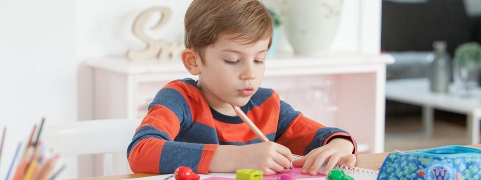 Fünfjähriger Junge malt