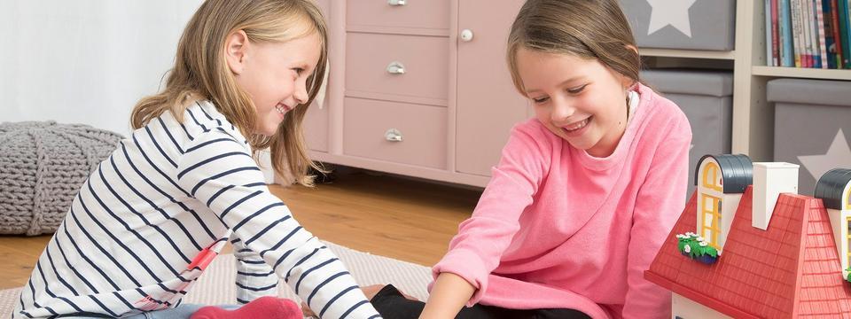 zwei siebenjährige Mädchen spielen