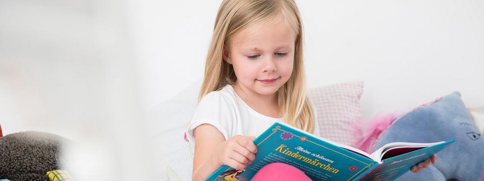 Vierjährige liest ein Buch