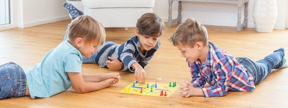 Interaktion - Jungs spielen Brettspiel